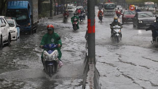 TP.HCM: Rốn ngập Nguyễn Hữu Cảnh lênh láng như sông sau trận mưa trắng trời - Ảnh 10.
