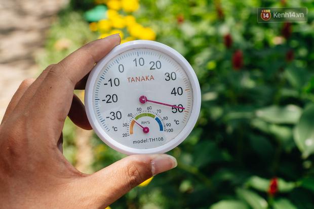 Ảnh: Nhiệt độ ngoài đường tại Hà Nội lên tới 50 độ C, người dân trùm khăn áo kín mít di chuyển trên phố - Ảnh 2.