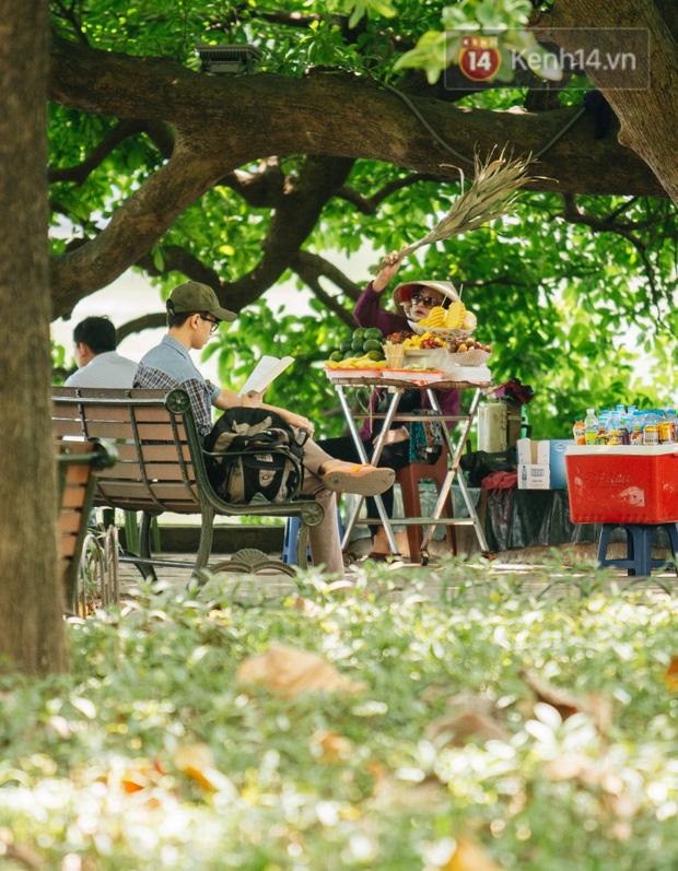 Ảnh: Nhiệt độ ngoài đường tại Hà Nội lên tới 50 độ C, người dân trùm khăn áo kín mít di chuyển trên phố - Ảnh 11.