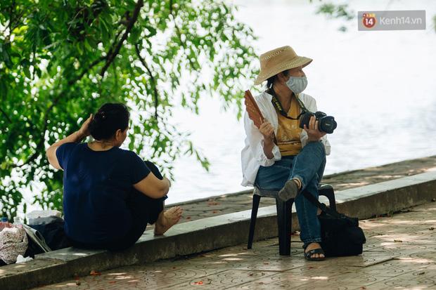 Ảnh: Nhiệt độ ngoài đường tại Hà Nội lên tới 50 độ C, người dân trùm khăn áo kín mít di chuyển trên phố - Ảnh 17.