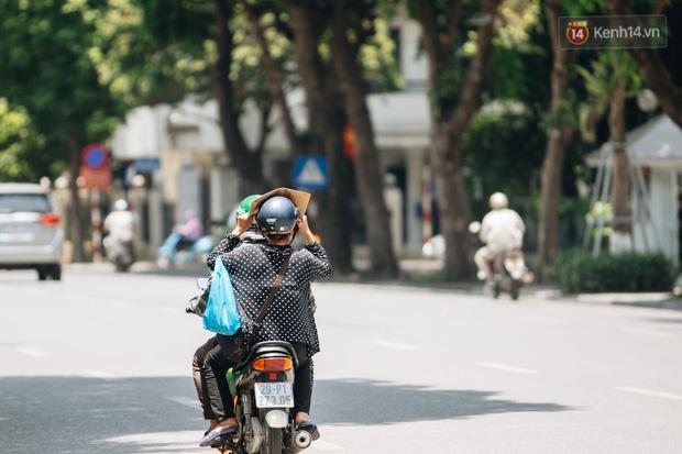Ảnh: Nhiệt độ ngoài đường tại Hà Nội lên tới 50 độ C, người dân trùm khăn áo kín mít di chuyển trên phố - Ảnh 5.