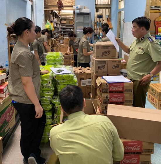 Đột kích điểm nóng TP. Hồ Chí Minh bắt giữ hàng chục ngàn sản phẩm giả mạo thương hiệu Gucci, D&G, LV - Ảnh 1.