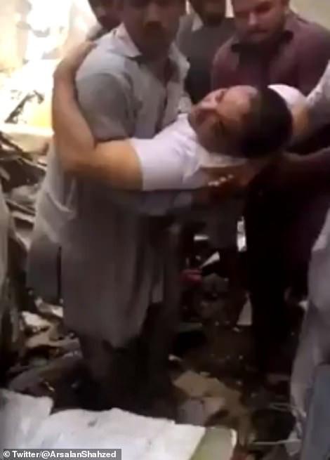CEO ngân hàng sống sót thần kì trong vụ máy bay rơi ở Pakistan - Ảnh 2.