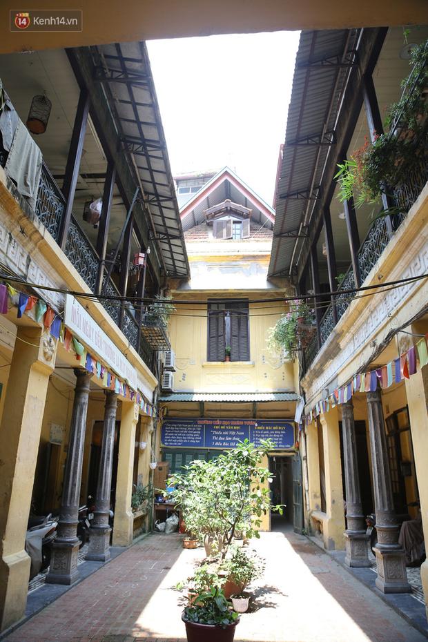 Ngắm ngôi biệt thự 800m2 của đại gia giàu nhất phố cổ Hà Nội một thời, từng xuất hiện trên nhiều bộ phim nổi tiếng - Ảnh 2.
