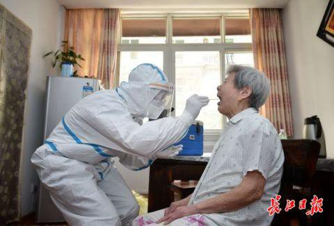 Xét nghiệm Covid-19 toàn dân: Vũ Hán tìm ra hơn 200 ca không triệu chứng - Ảnh 1.