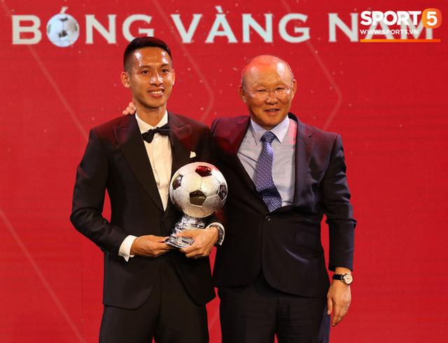 Vượt qua đối thủ nặng kí, Đỗ Hùng Dũng ẵm trọn danh hiệu Quả bóng Vàng 2019 - Ảnh 1.