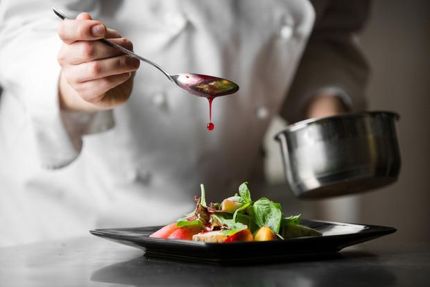 Góc khuất của công việc đầu bếp riêng với mức lương gần 4,7 tỷ đồng mỗi năm: chấp nhận từ bỏ cả cái tôi? - Ảnh 1.