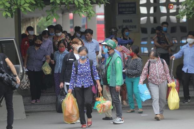 Ảnh: Người dân nườm nượp đổ về Hà Nội và Sài Gòn sau kỳ nghỉ lễ 30/4 - 1/5 - Ảnh 1.  Ảnh: Người dân nườm nượp đổ về Hà Nội và Sài Gòn sau kỳ nghỉ lễ 30/4 – 1/5 photo 1 15885076637511102203371