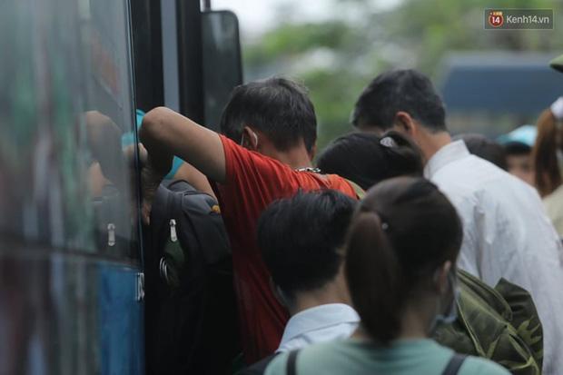 Ảnh: Người dân nườm nượp đổ về Hà Nội và Sài Gòn sau kỳ nghỉ lễ 30/4 - 1/5 - Ảnh 2.  Ảnh: Người dân nườm nượp đổ về Hà Nội và Sài Gòn sau kỳ nghỉ lễ 30/4 – 1/5 photo 1 15885076666231682824881