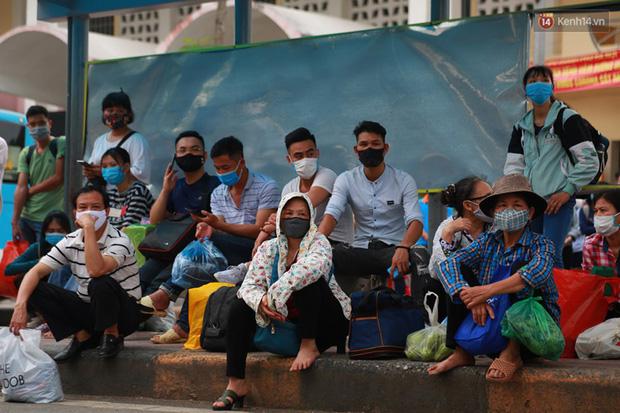 Ảnh: Người dân nườm nượp đổ về Hà Nội và Sài Gòn sau kỳ nghỉ lễ 30/4 - 1/5 - Ảnh 4.  Ảnh: Người dân nườm nượp đổ về Hà Nội và Sài Gòn sau kỳ nghỉ lễ 30/4 – 1/5 photo 3 1588507666629289993776