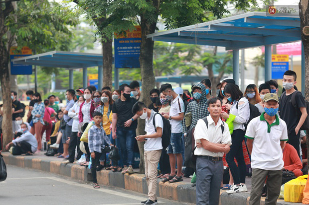 Ảnh: Người dân nườm nượp đổ về Hà Nội và Sài Gòn sau kỳ nghỉ lễ 30/4 - 1/5 - Ảnh 5.  Ảnh: Người dân nườm nượp đổ về Hà Nội và Sài Gòn sau kỳ nghỉ lễ 30/4 – 1/5 photo 4 158850766663194145379