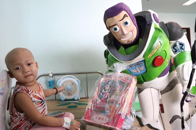 Món quà đặc biệt dịp 1/6 của biệt đội Siêu anh hùng không giải cứu thế giới dành cho bệnh nhi ung thư và chạy thận  - Ảnh 6.