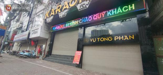 Sau lệnh của Thủ tướng nhiều quán karaoke ở Hà Nội và Sài Gòn nhộn nhịp mở cửa trở lại, nhiều quán vẫn đóng cửa im lìm - Ảnh 1.