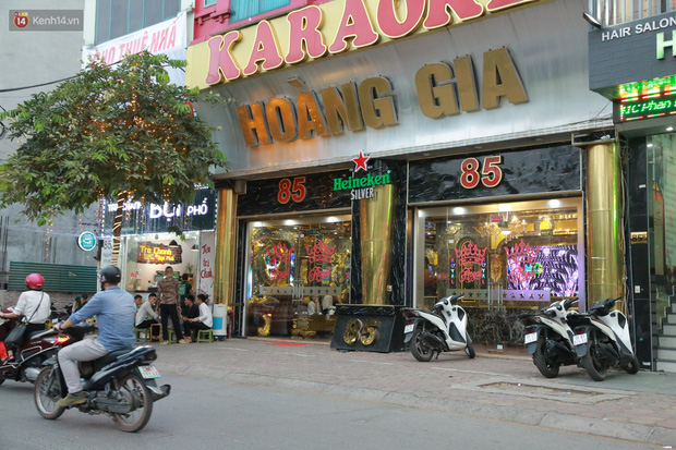 Sau lệnh của Thủ tướng nhiều quán karaoke ở Hà Nội và Sài Gòn nhộn nhịp mở cửa trở lại, nhiều quán vẫn đóng cửa im lìm - Ảnh 2.