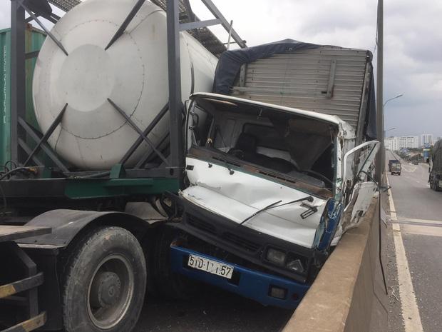 TP.HCM: Xảy ra 3 vụ tai nạn liên tiếp trên cầu Phú Mỹ, giao thông tê liệt từ trưa đến chiều - Ảnh 1.