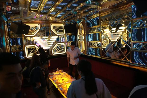 Sau lệnh của Thủ tướng nhiều quán karaoke ở Hà Nội và Sài Gòn nhộn nhịp mở cửa trở lại, nhiều quán vẫn đóng cửa im lìm - Ảnh 16.