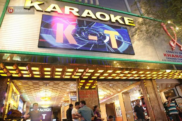Sau lệnh của Thủ tướng nhiều quán karaoke ở Hà Nội và Sài Gòn nhộn nhịp mở cửa trở lại, nhiều quán vẫn đóng cửa im lìm - Ảnh 17.
