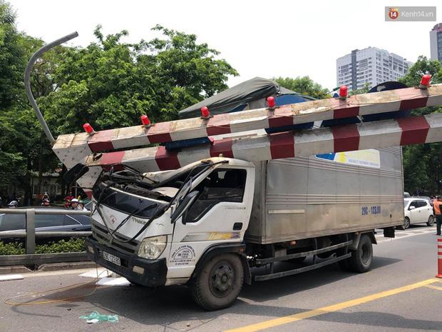 Hà Nội: Xe tải đâm gẫy cột giới hạn chiều cao cầu vượt Tây Sơn, giao thông giữa trưa nắng ùn tắc - Ảnh 2.