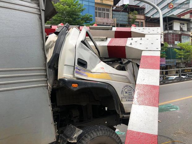 Hà Nội: Xe tải đâm gẫy cột giới hạn chiều cao cầu vượt Tây Sơn, giao thông giữa trưa nắng ùn tắc - Ảnh 5.