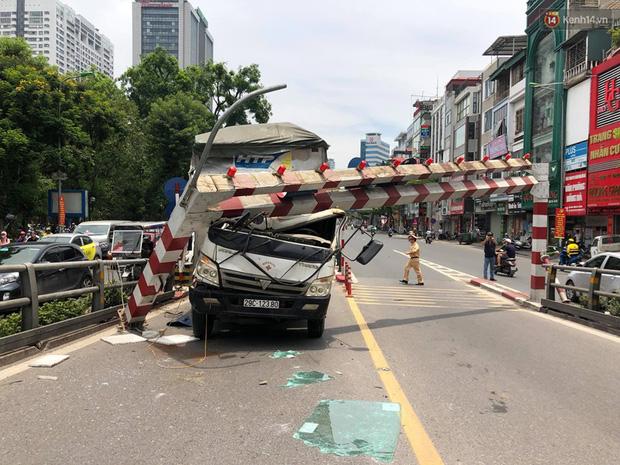 Hà Nội: Xe tải đâm gẫy cột giới hạn chiều cao cầu vượt Tây Sơn, giao thông giữa trưa nắng ùn tắc - Ảnh 6.