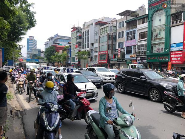 Hà Nội: Xe tải đâm gẫy cột giới hạn chiều cao cầu vượt Tây Sơn, giao thông giữa trưa nắng ùn tắc - Ảnh 7.