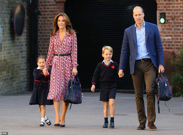 Hoàng tử nhí George luôn được bố nắm tay trong mọi sự kiện, hóa ra có 1 nguyên nhân sâu xa và ý nghĩa như này - Ảnh 1.