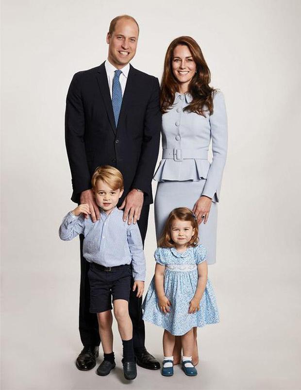 Hoàng tử nhí George luôn được bố nắm tay trong mọi sự kiện, hóa ra có 1 nguyên nhân sâu xa và ý nghĩa như này - Ảnh 2.