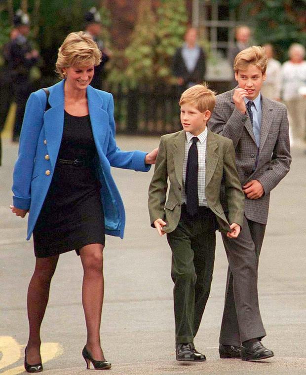 Điều ít biết về hai món đồ Công nương Diana nắm chặt trong tay sau khi trút hơi thở cuối cùng khiến nhiều người xúc động - Ảnh 8.