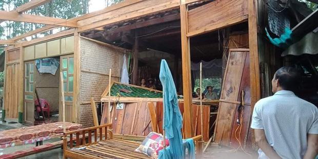 Hàng chục ngôi nhà bị tốc mái sau cơn lốc xoáy ở Hà Tĩnh - Ảnh 1.