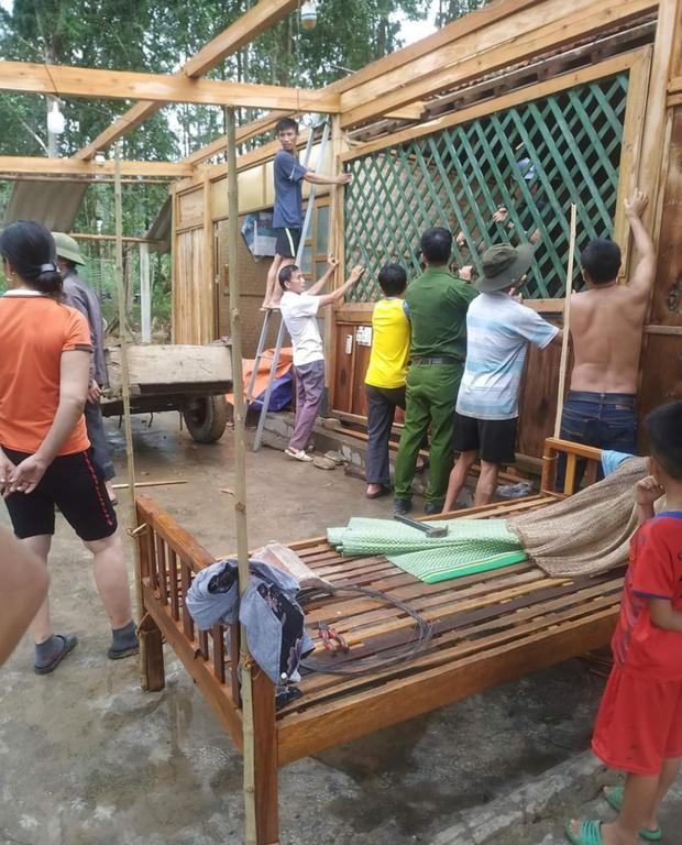 Hàng chục ngôi nhà bị tốc mái sau cơn lốc xoáy ở Hà Tĩnh - Ảnh 2.
