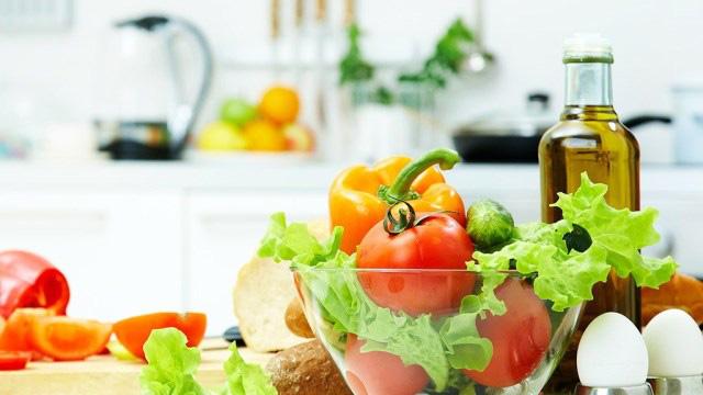 Tỏi, cà chua, bông cải xanh là những thực phẩm tốt cho sức khỏe, nhưng nếu chế biến và ăn sai cách thế này thì chẳng còn dinh dưỡng nữa - Ảnh 1.