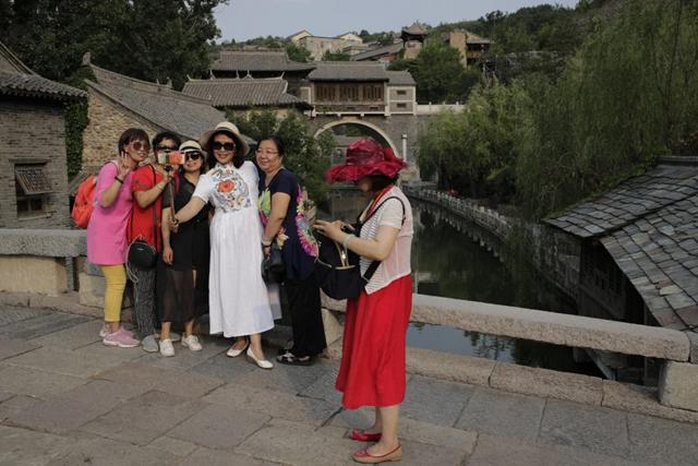 Du lịch Trung Quốc rơi vào 'vòng xoáy tử thần' vì Covid-19 - Ảnh 1.