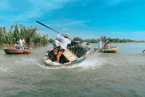 """Ngỡ ngàng """"miền Tây thu nhỏ"""" giữa lòng Hội An: Rừng dừa xanh mướt hơn 100 ha, trải nghiệm từ đánh cá, đập nồi đến màn múa thúng cảm giác mạnh có """"1-0-2"""" - Ảnh 8."""