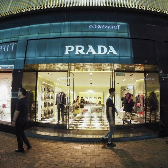Phụ kiện giá rẻ, quán lẩu thế chân Prada, Tissot tại phố mua sắm đắt đỏ nhất hành tinh vì Covid-19 - Ảnh 3.