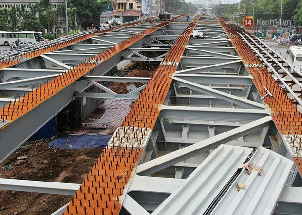 Cận cảnh cầu vượt dầm thép nối liền 3 quận nội thành Hà Nội đang gấp rút thi công - Ảnh 10.