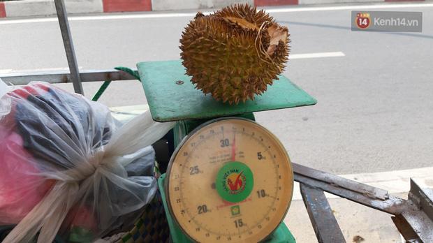 Sầu riêng bao ăn chất đống khắp vỉa hè Sài Gòn với giá siêu rẻ chỉ 50.000 đồng/kg: Gặp hạn mặn nên bán được đồng nào hay đồng đó! - Ảnh 2.