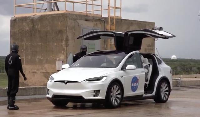 Nếu CEO Tim Cook là bậc thầy kinh doanh, thì CEO Elon Musk là bậc thầy về quảng cáo, mặc dù chưa từng chi dù chỉ 1 xu cho quảng cáo  - Ảnh 2.