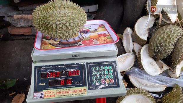 Sầu riêng bao ăn chất đống khắp vỉa hè Sài Gòn với giá siêu rẻ chỉ 50.000 đồng/kg: Gặp hạn mặn nên bán được đồng nào hay đồng đó! - Ảnh 6.