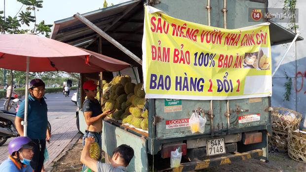 Sầu riêng bao ăn chất đống khắp vỉa hè Sài Gòn với giá siêu rẻ chỉ 50.000 đồng/kg: Gặp hạn mặn nên bán được đồng nào hay đồng đó! - Ảnh 7.