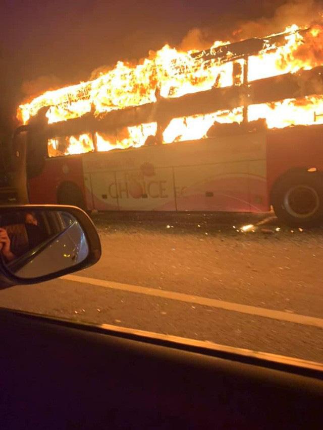 Hà Nội: Xe khách bốc cháy dữ dội trên đường vành đai 3 - Ảnh 2.