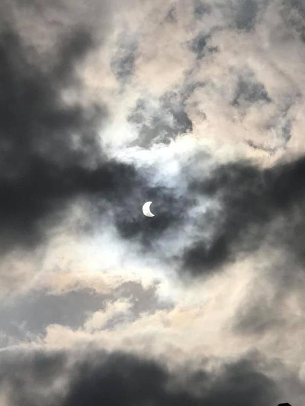 """Hiếm hoi lắm mới xuất hiện tại Việt Nam, đây là hiện tượng nhật thực """"vòng lửa"""" được dân mạng từ khắp nơi chụp lại được trong chiều nay - Ảnh 12."""