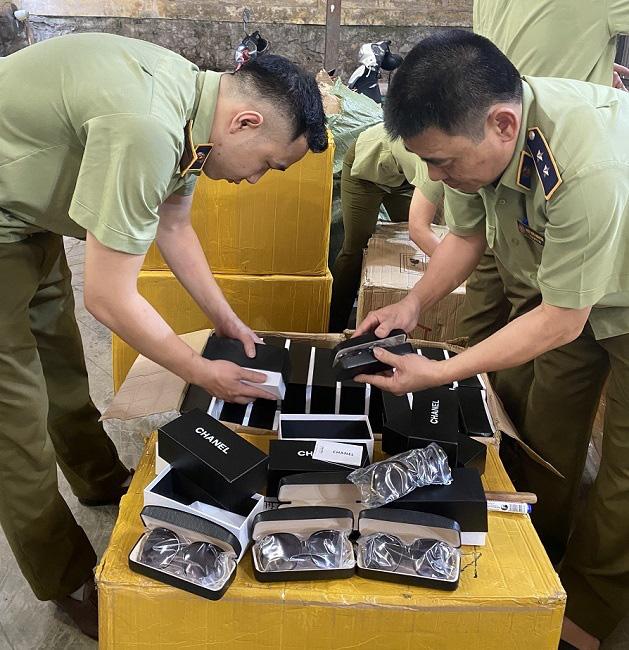 500 kính mắt hiệu Chanel chuyển từ Lạng Sơn nghi hàng giả - Ảnh 1.