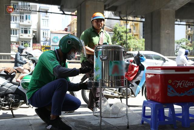 Hà Nội: Giữa nắng nóng kinh hoàng, có 1 quán trà chanh với khăn lạnh miễn phí giúp người lao động nghèo giải nhiệt sau giờ lao động vất vả - Ảnh 10.