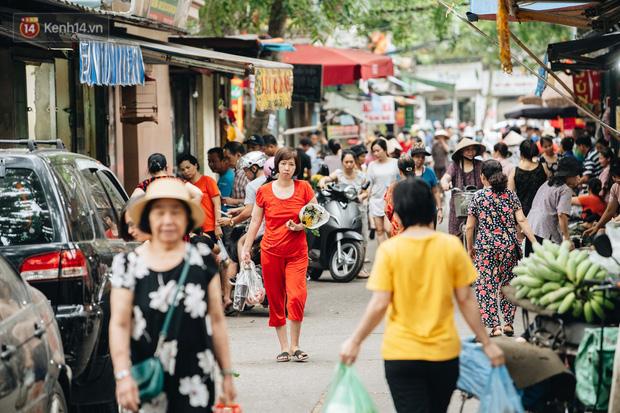 Ảnh: Người Hà Nội dậy sớm, tất bật đi chợ Tết Đoan Ngọ giết sâu bọ - Ảnh 1.