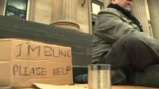 Chỉ viết 1 câu lên tấm biển, cô gái giúp lão ăn mày xin được đầy hộp tiền - Ảnh 1.