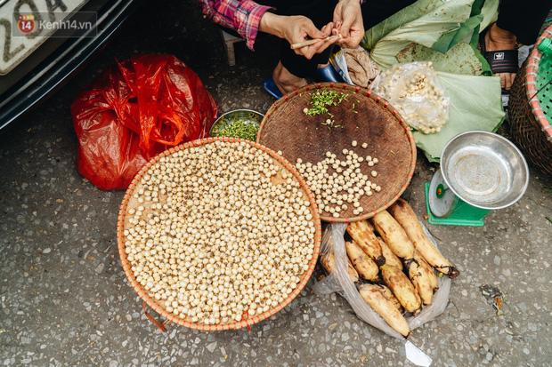 Ảnh: Người Hà Nội dậy sớm, tất bật đi chợ Tết Đoan Ngọ giết sâu bọ - Ảnh 5.