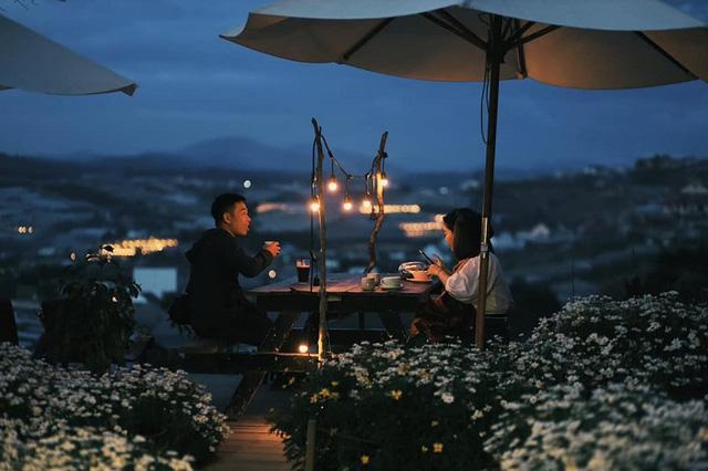 'Túi mơ to giấu trong lớp ngoài gầy guộc' giữa lòng Đà Lạt: Tiệm cà phê có tới 7749 góc sống ảo, đẹp lãng mạn từ lúc bình minh cho đến đêm tối  - Ảnh 7.