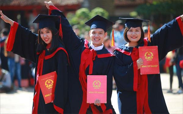 Từ 1/7, sinh viên tốt nghiệp loại xuất sắc có thể được xét tuyển vào viên chức - Ảnh 1.