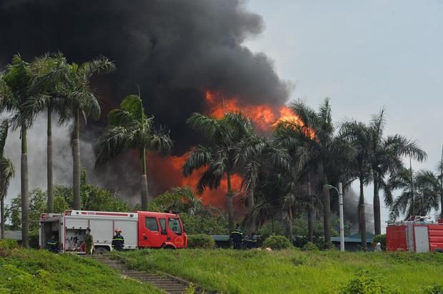 Đang cháy dữ dội tại kho hóa chất ở Long Biên, cột khói đen bốc cao hàng chục mét - Ảnh 1.