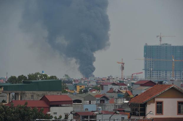 Đang cháy dữ dội tại kho hóa chất ở Long Biên, cột khói đen bốc cao hàng chục mét - Ảnh 2.